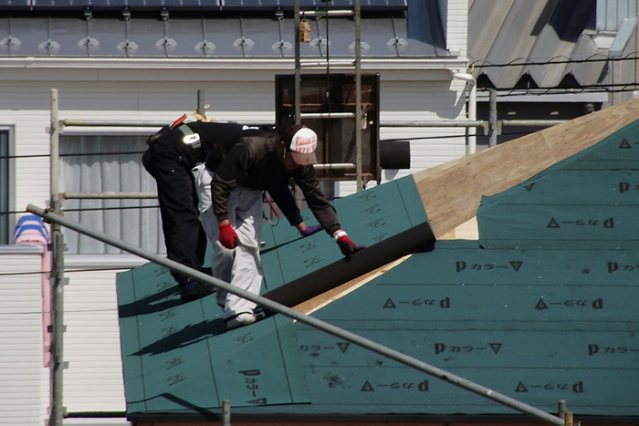 屋根の工事を行っている